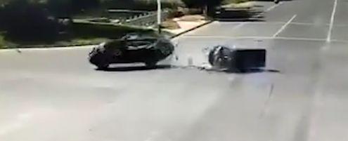 女子试驾奥迪撞三轮,没系安全带的家人死亡