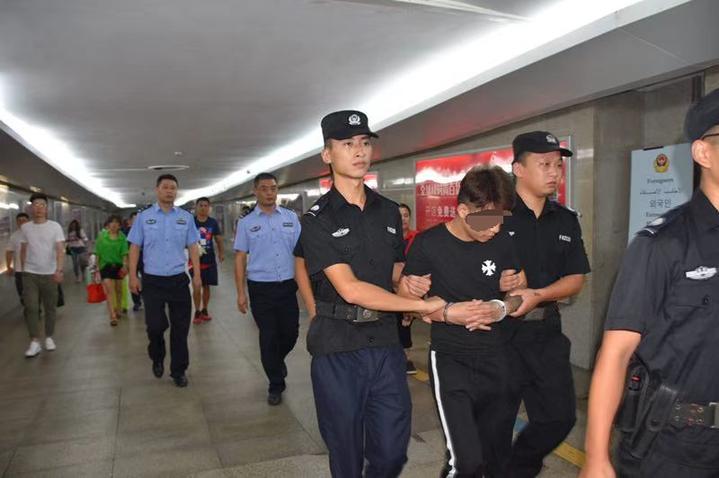 """网红主播涉嫌拐卖人口 挑衅警察:""""你们抓不着我"""""""