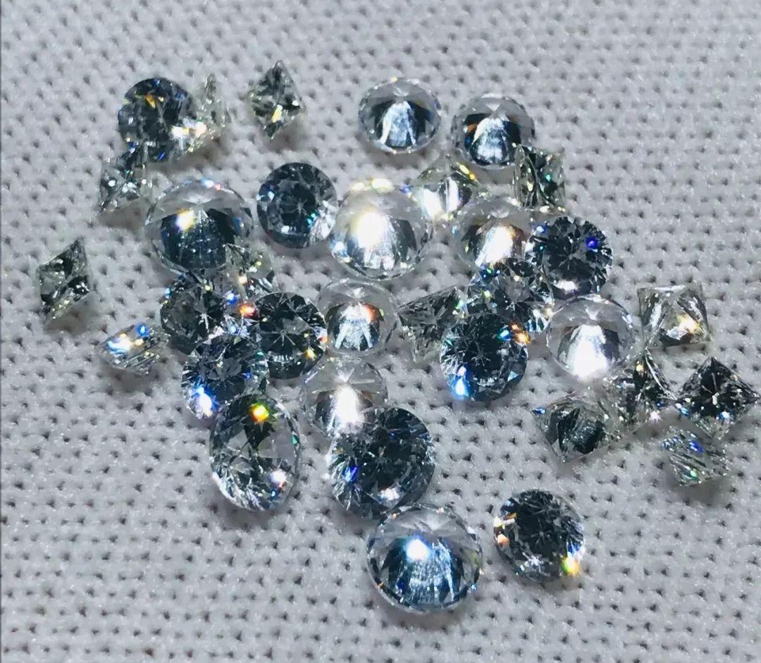 路边一垃圾堆里翻出34枚钻石,价值15万,咋回事?