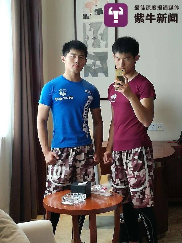双胞胎兄弟保送北大、中科院读博,来到工厂帮妈妈打工